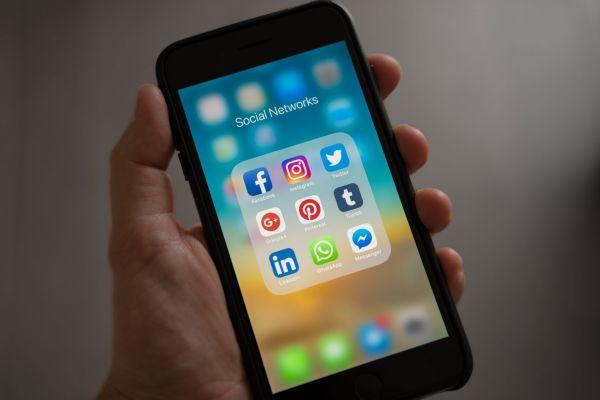 Smartphone contenente nove Social Media