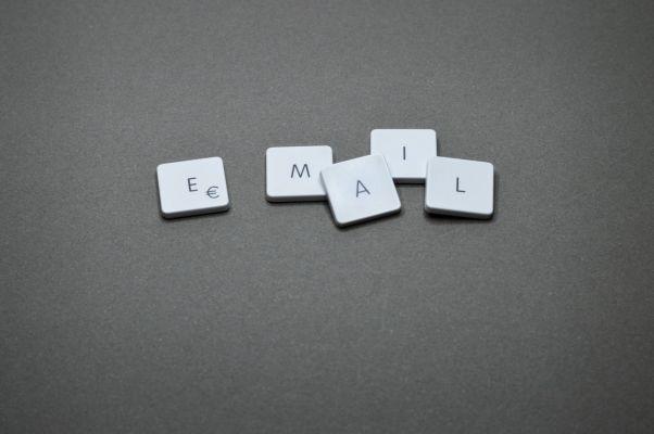 5 pulsanti della tastiera del PC che formano la scritta e-mail