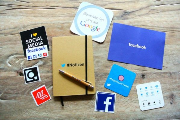 Icone dei Social Media stampate su carta