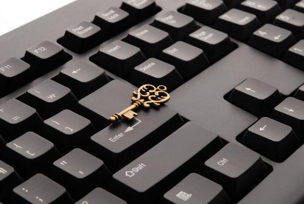 Una chiave posta su una tastiera